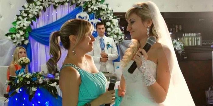 Поет невеста с подругами на свадьбе